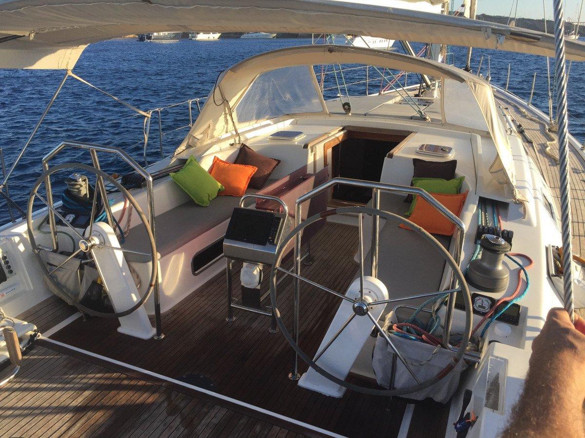 Navega durante dos días por la isla de Cabrera