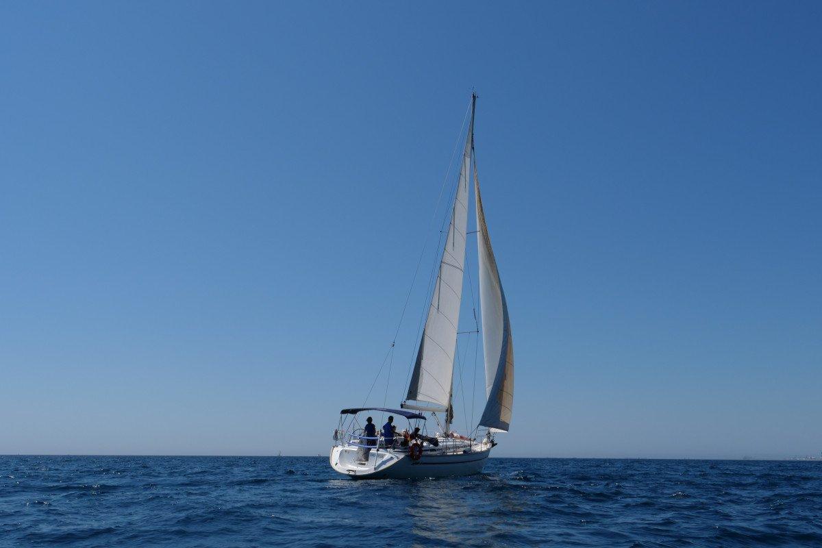Alquiler con patrón de precioso velero de 44 pies
