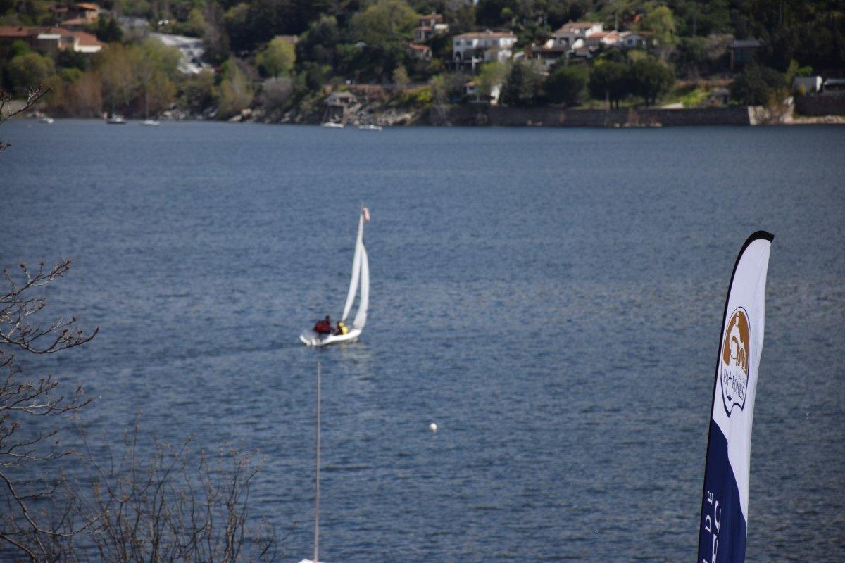 Jornada de navegación a vela en embalse del Burguillo