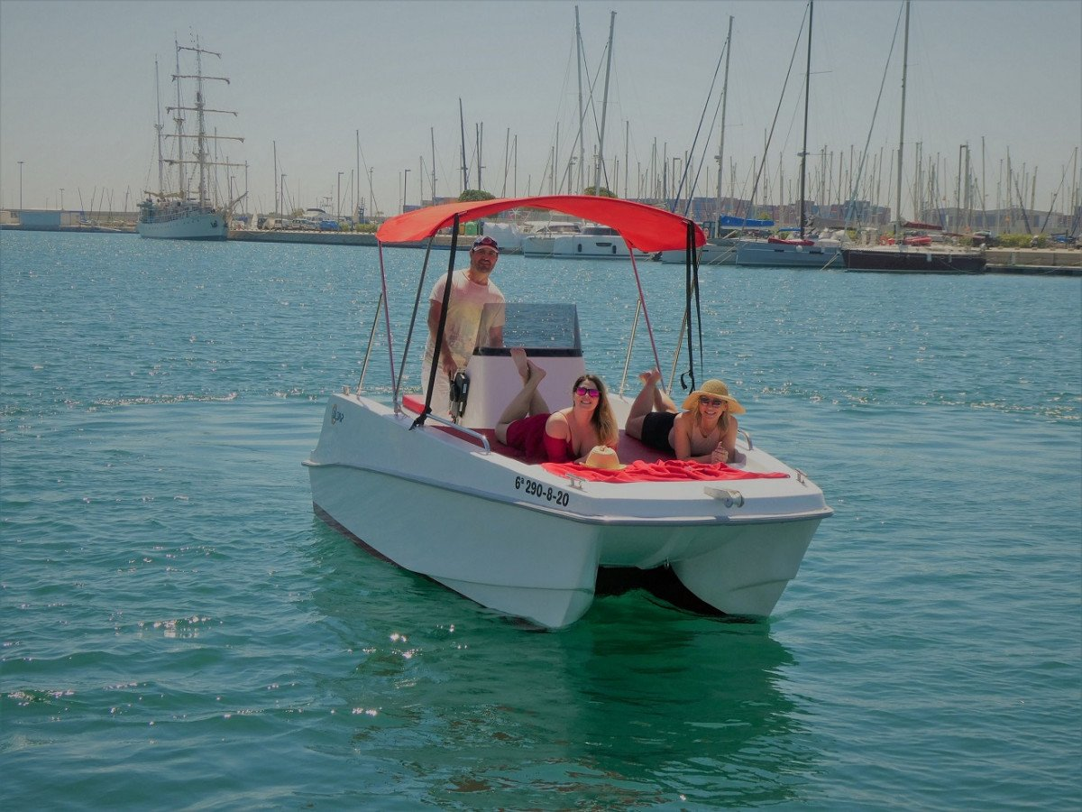 Alquila 4 horas un catamarán sin necesidad de ninguna titulación en Valencia