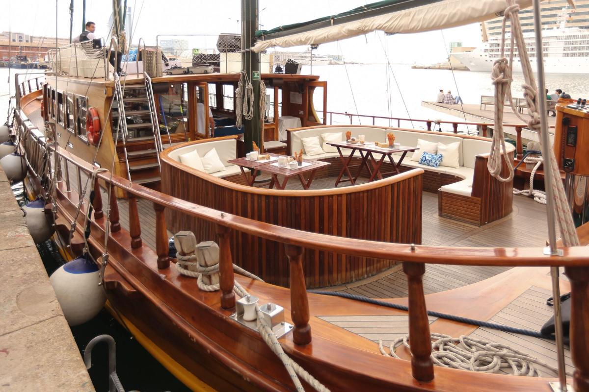 Navegamos en un barco clásico por Port Vell en Barcelona