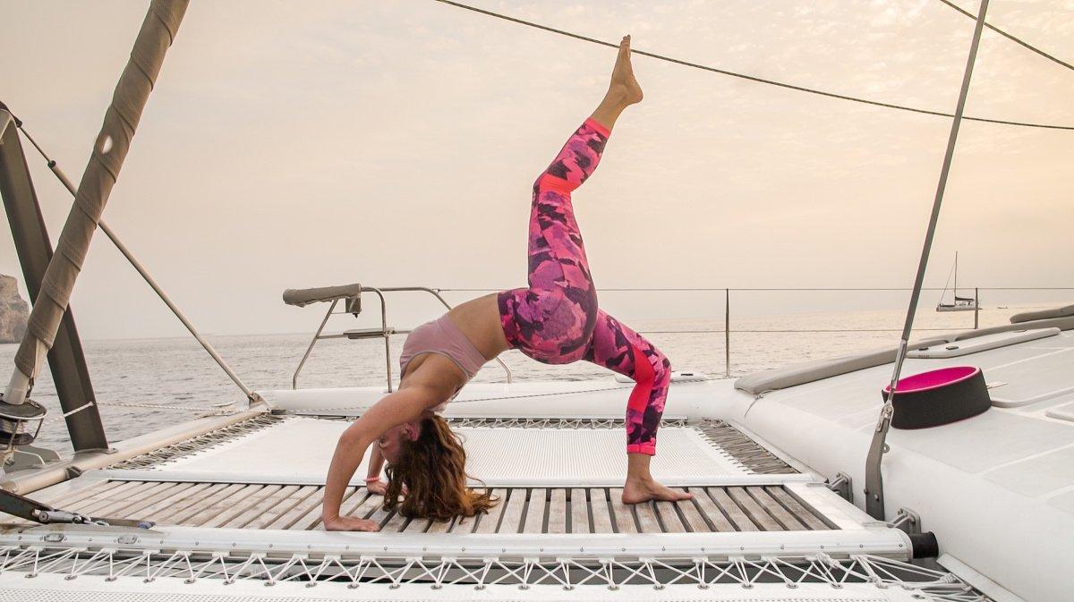 Yoga y navegación en catamarán por Mallorca (todo incluido)