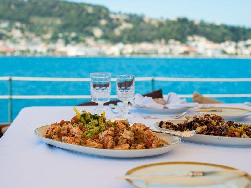Navegación y comida a bordo de un velero en Valencia