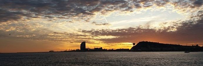 Atardecer desde el mar por la costa de Barcelona durante 3 horas