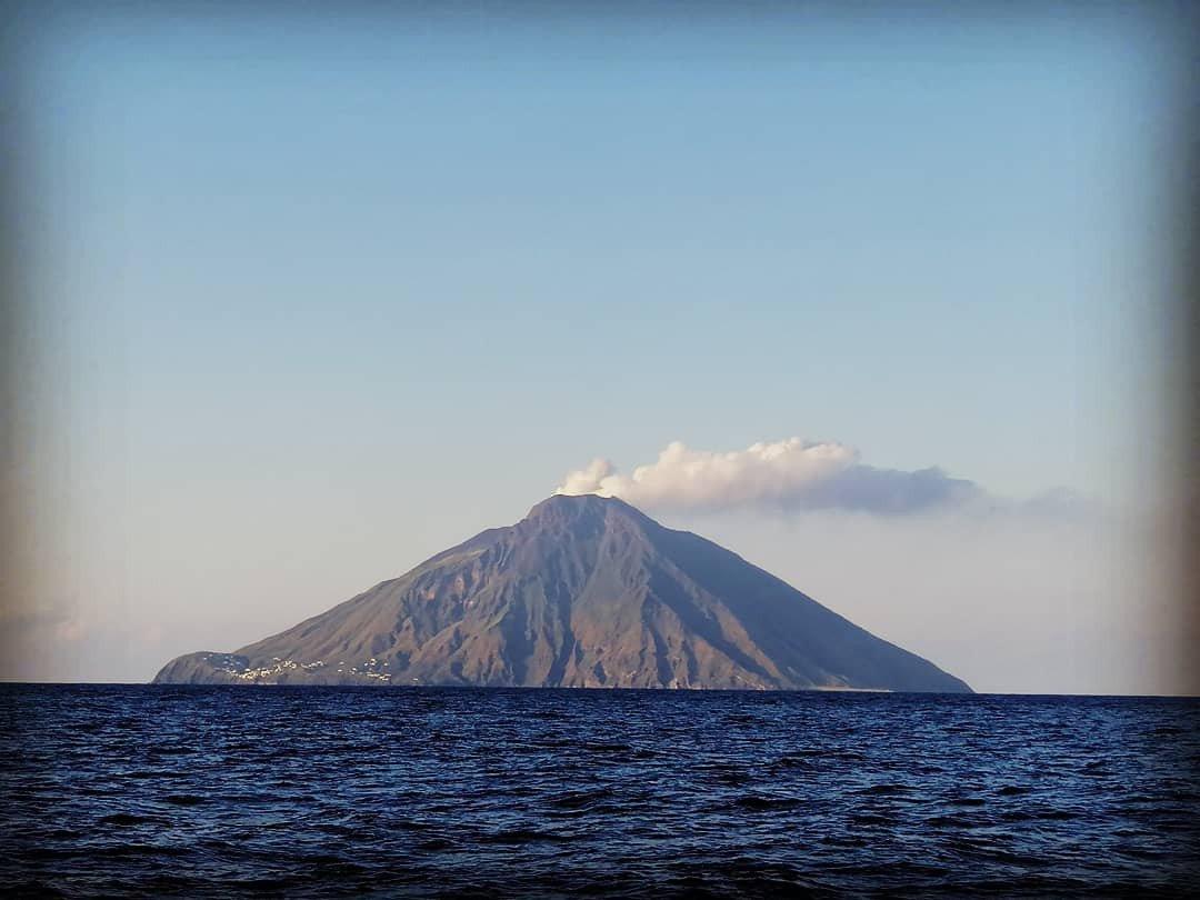Le Isole Eolie in barca a vela tra tuffi e buon cibo!