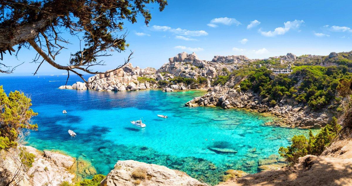Naviga per il nord della Sardegna in barca a vela