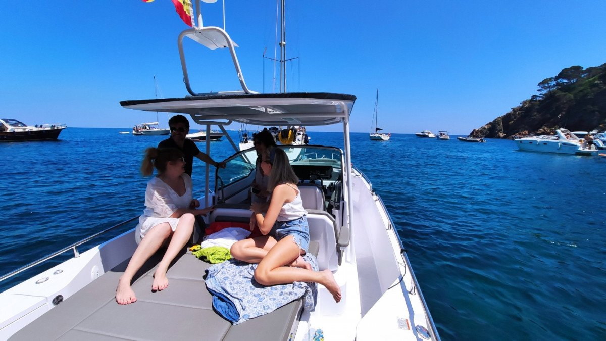 Salida exclusiva en lancha por la costa de Barcelona