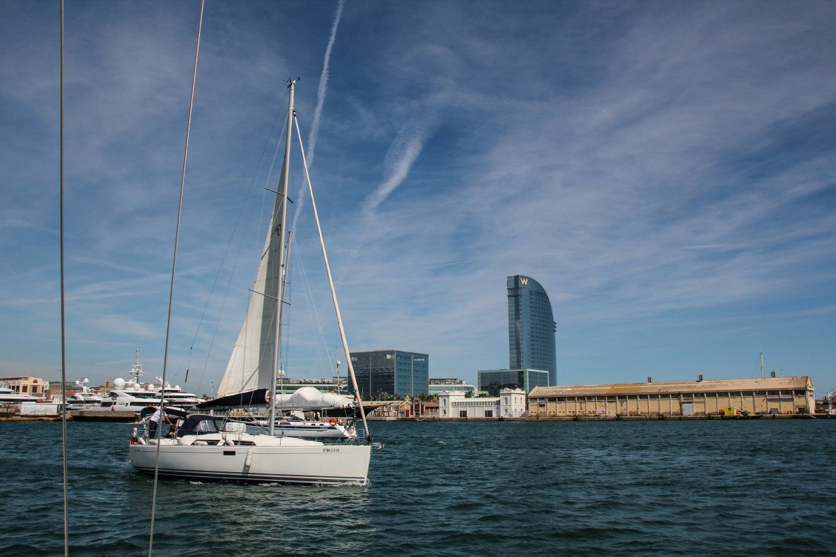 Disfruta de un día navegando desde Barcelona