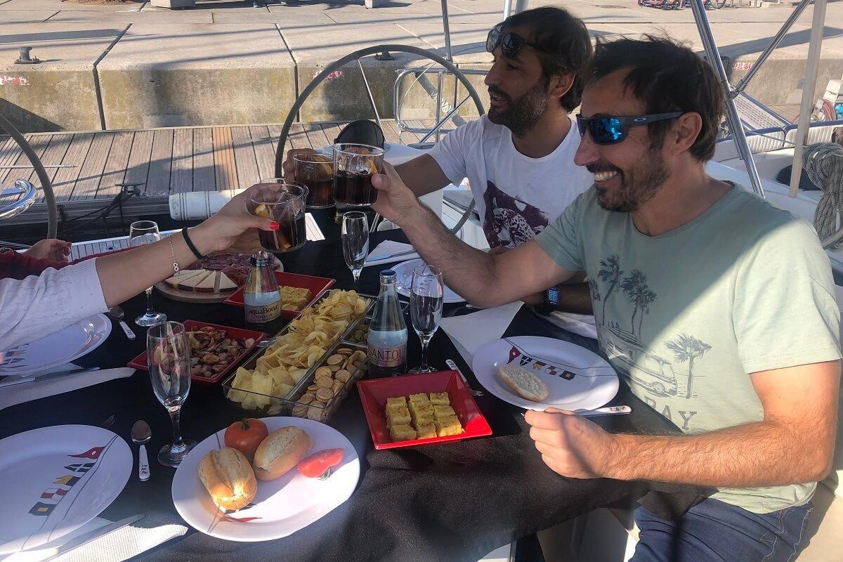 Paseo en velero con tapas en Barcelona
