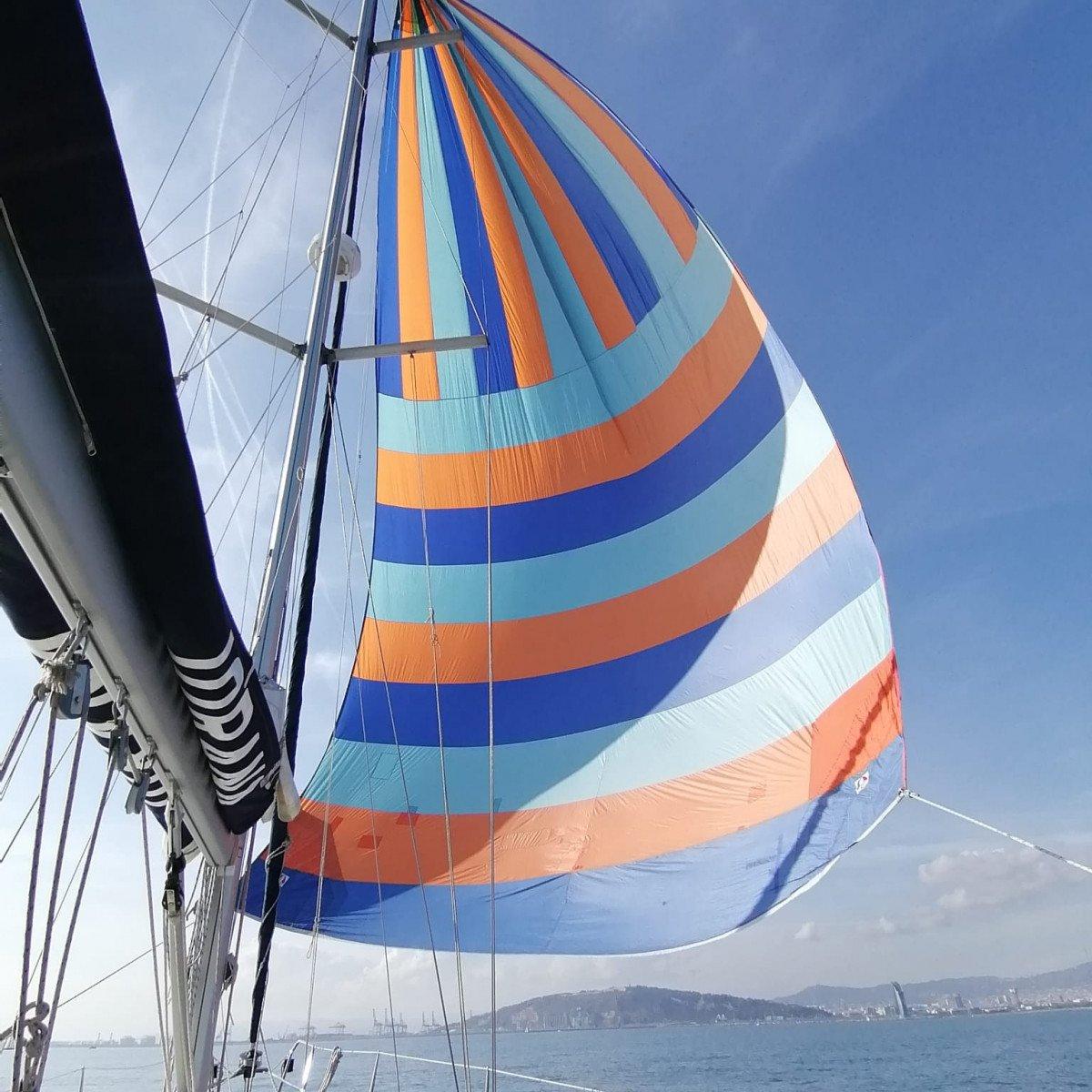 Navega a vela en la costa de Barcelona