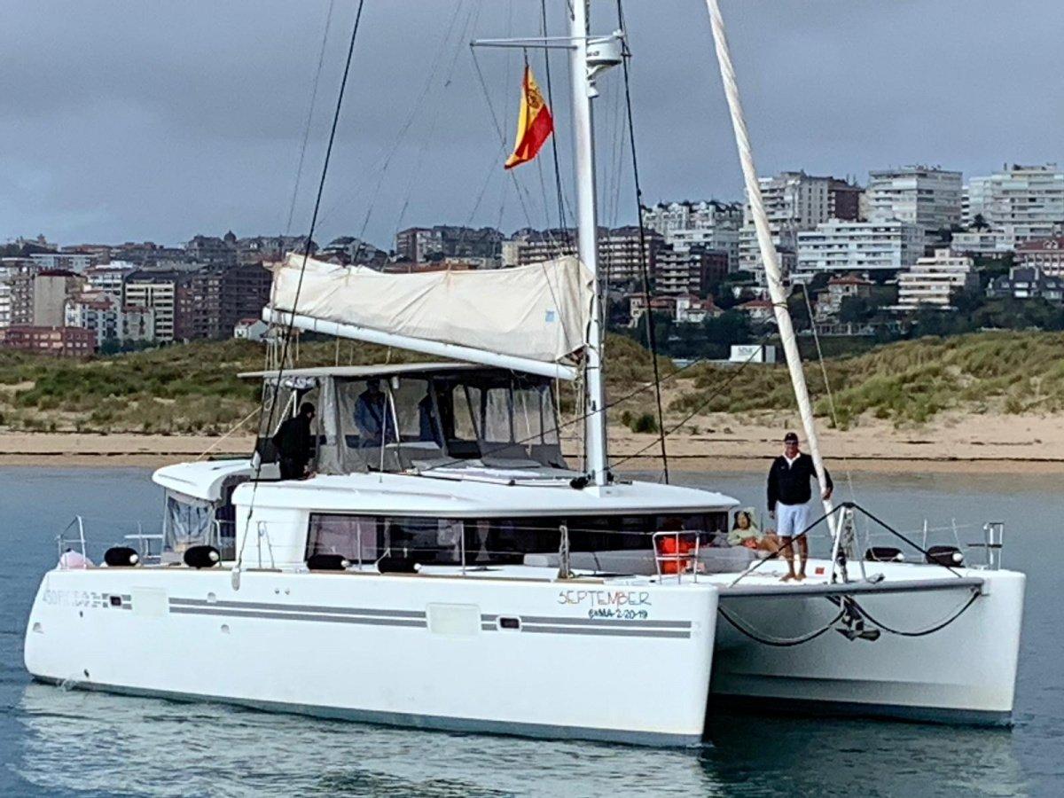 Navegación por la Bahía de Santander en catamarán velero