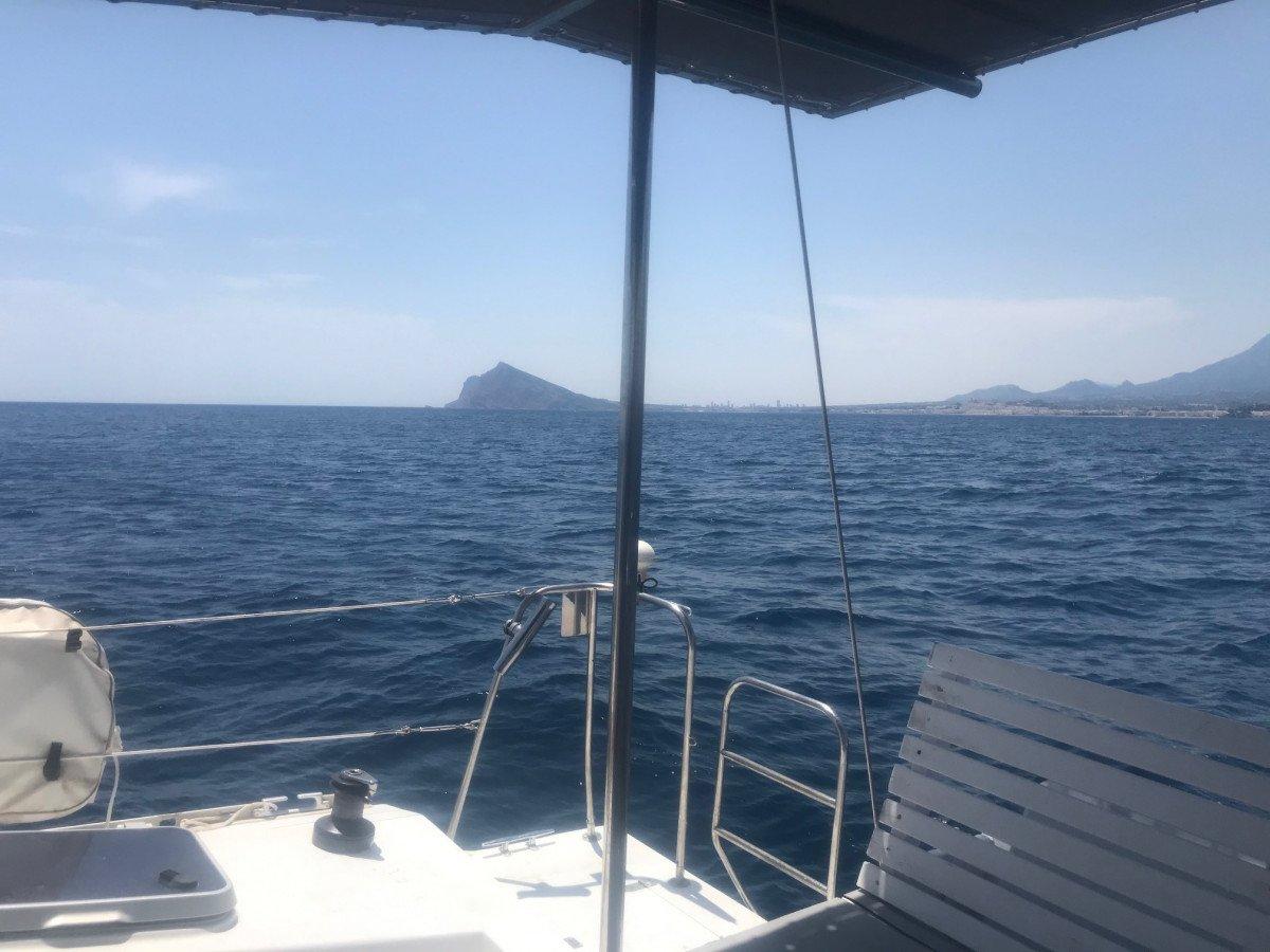 Día navegando en catamarán por Altea