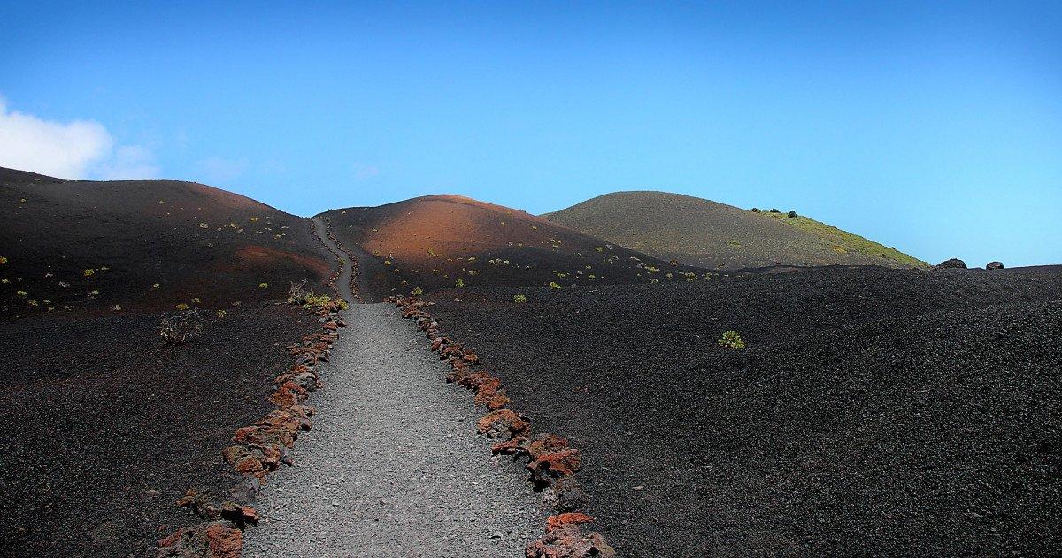 Navegación a vela entre islas Canarias y naturaleza entre volcanes.