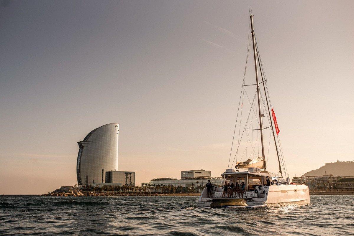 Puesta de sol en Barcelona desde un catamarán