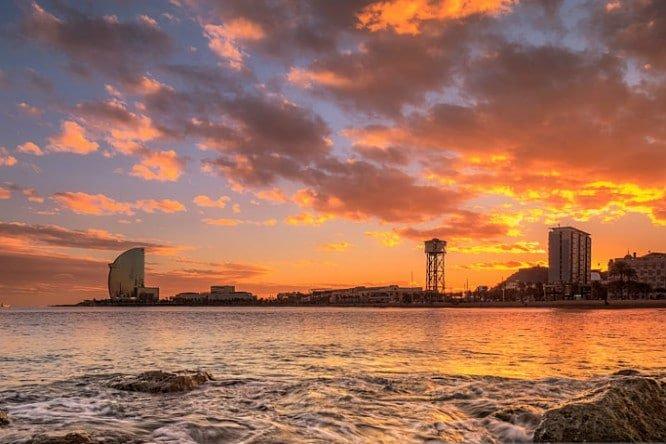 Puesta de sol desde el mar en Barcelona