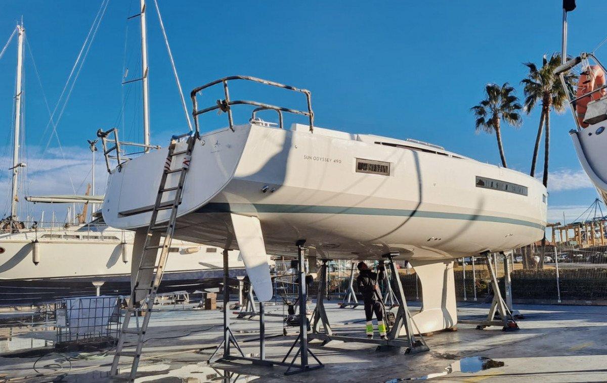 Alquiler de velero nuevo a estrenar con patron por semanas