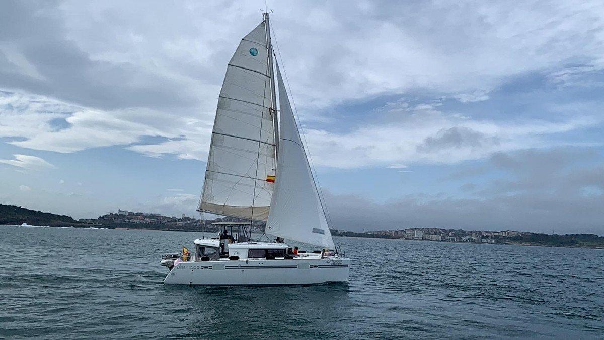 Desayuno en catamarán por la bahía de Santander