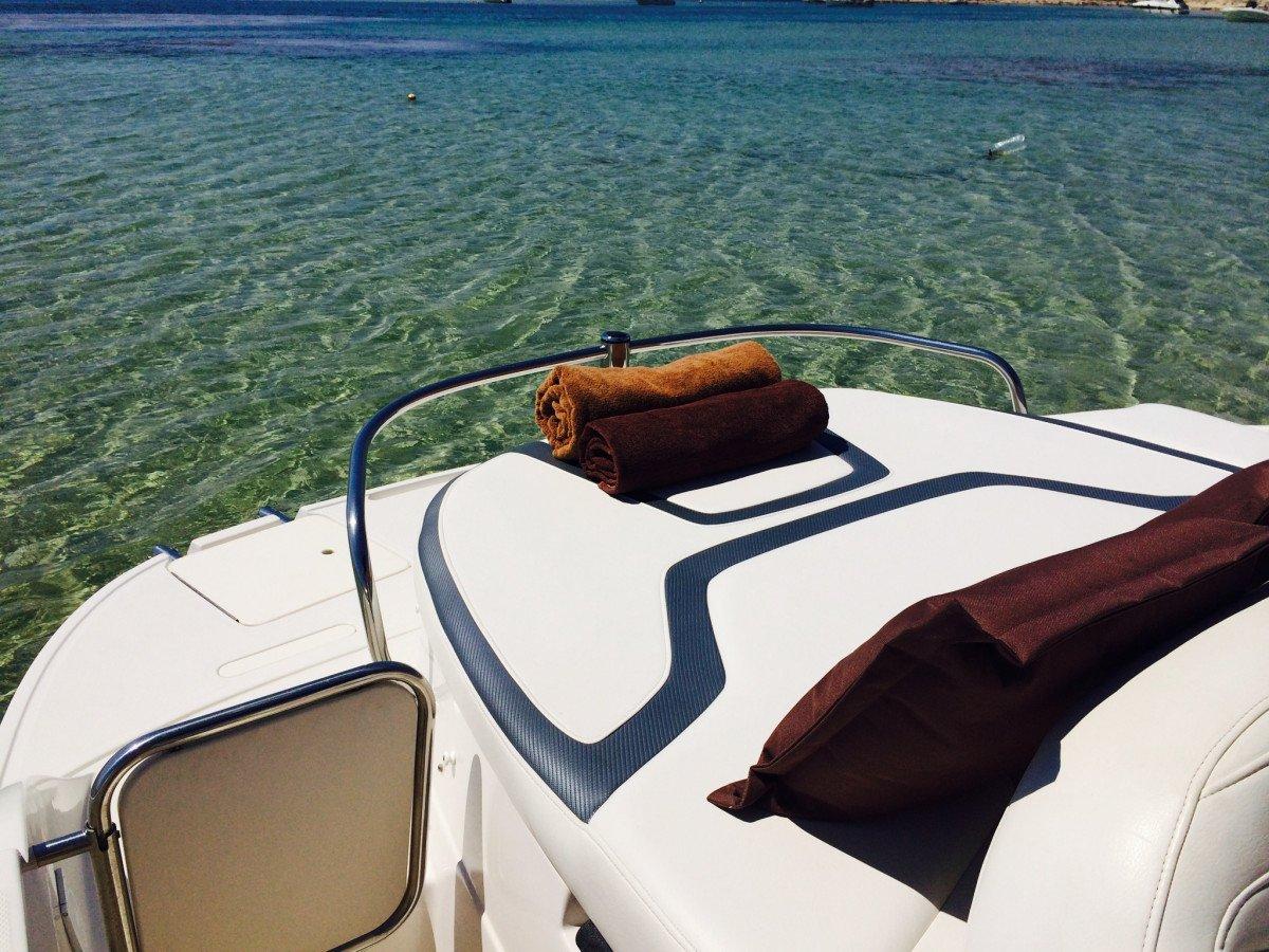 ¡Disfruta con tu pareja de un atardecer en barco con cena en Ibiza!