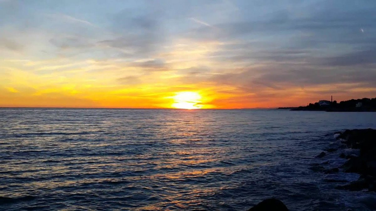 Navega y disfruta de una maravillosa Puesta de Sol en Vilanova i la Geltrú