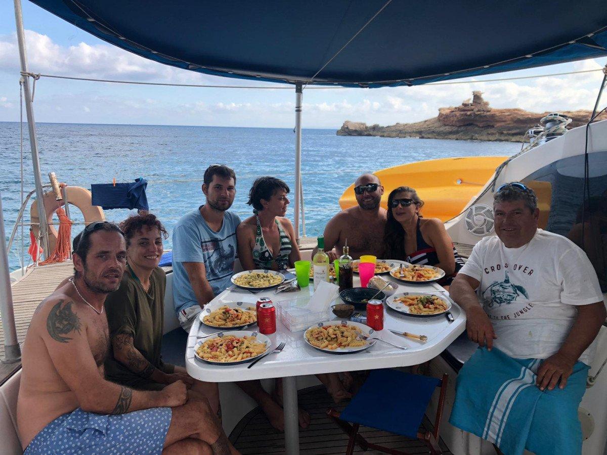 Navega un día en un precioso catamarán en las aguas de Ibiza y Formentera