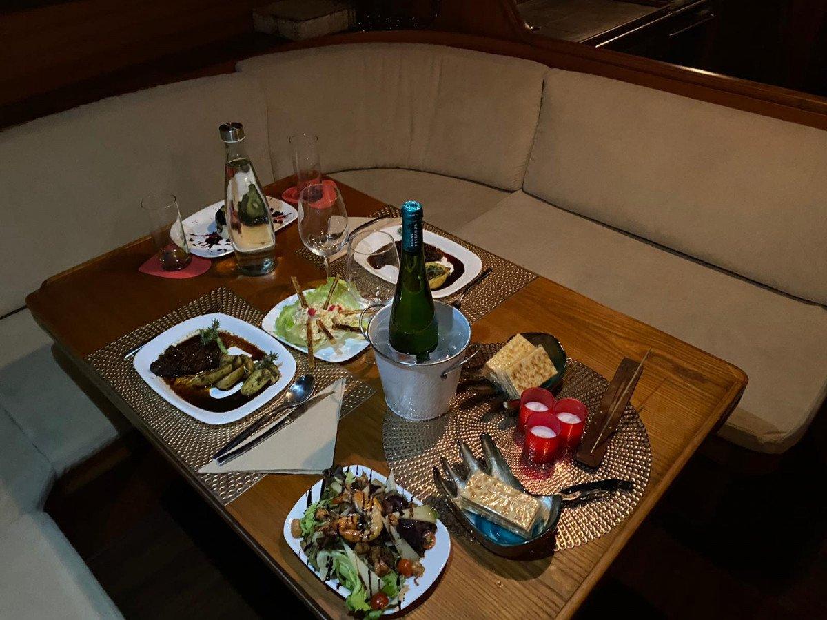 Noche con cena y pernocta en un velero de ensueño en Valencia (especial parejas)