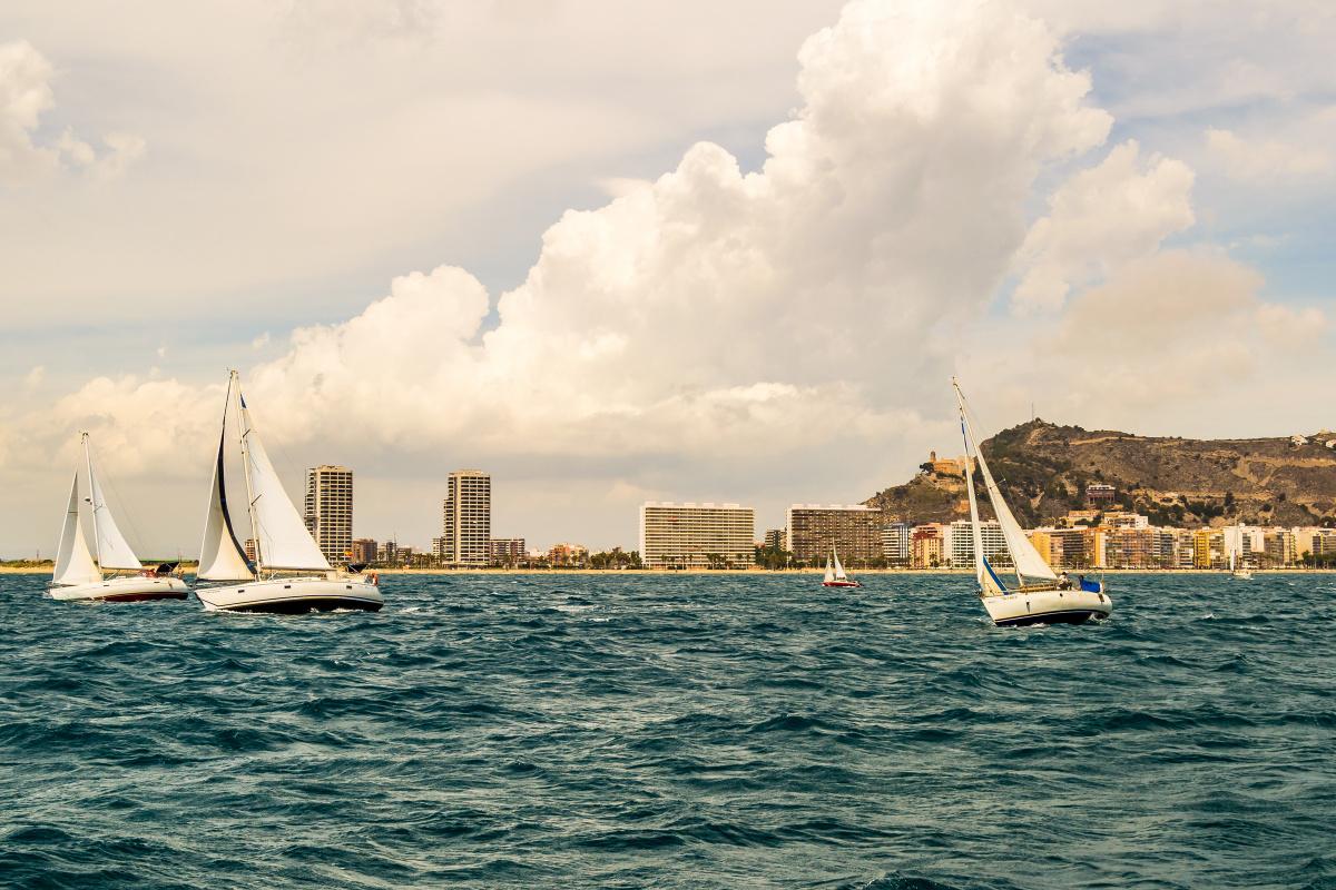 Jornada para seguir aprendiendo a navegar a vela en Valencia