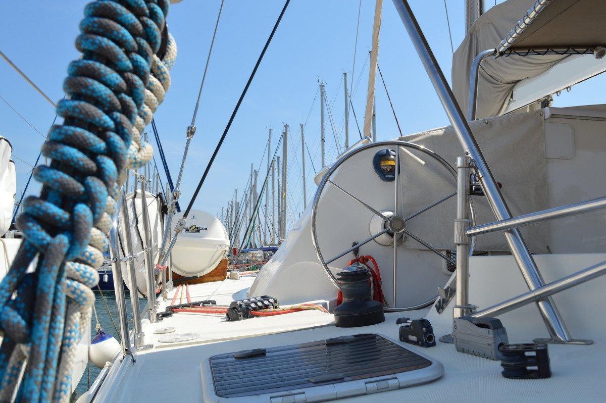Navegación exclusiva en catamarán en Barcelona por horas