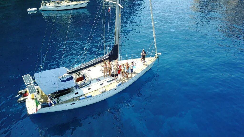 Navigando attraverso il Mar Tirreno a bordo di una barca a vela