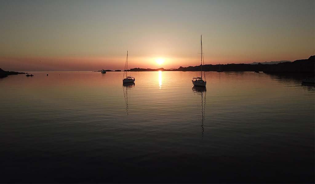 Escursione in barca lungo Capo Testa con aperitivi e musica dal vivo