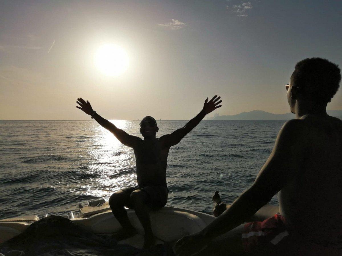 ¡Disfruta de un atardecer en barco con brindis y snacks en grupo en Ibiza!