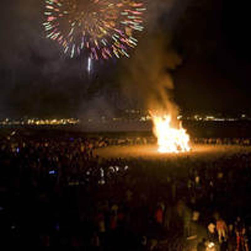 Hogueras de San Juan y fuegos artificiales en Gijón