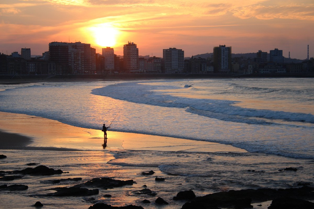 Navega a vela por la costa asturiana desde Luanco con tu grupo de amigos