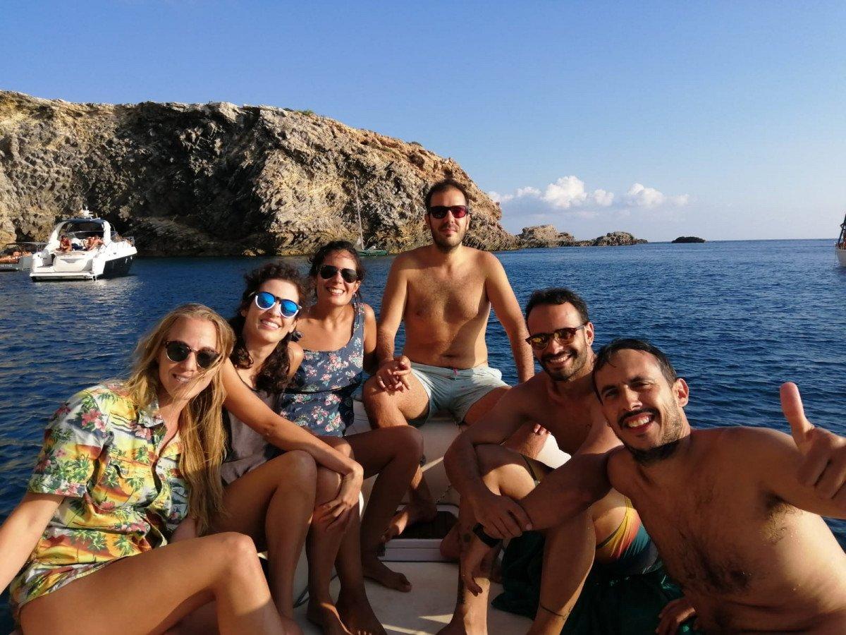 ¡Paseo nocturno en barco para ver Dalt Vila iluminado y copas pre fiesta!