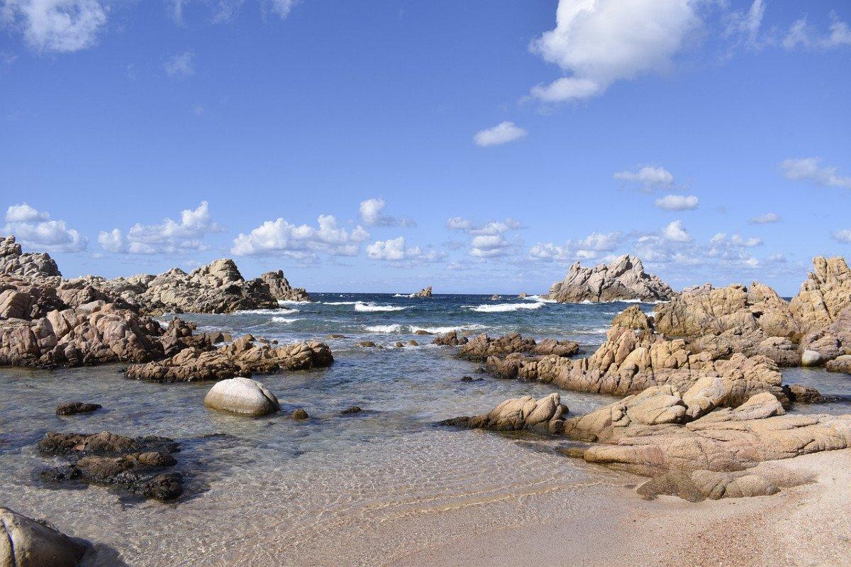 Divertiti a navigare al largo della costa orientale della Sardegna